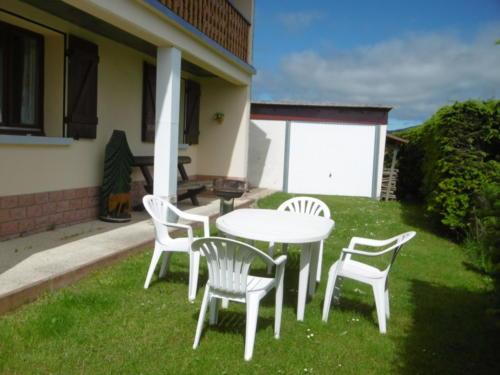 La terasse panoramique avec son salon de jardin